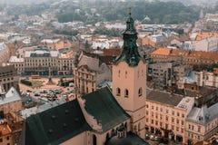 Paisaje hermoso de la ciudad vieja: calles, tejados, vistas, puertas foto de archivo