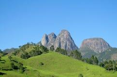 Paisaje hermoso de la colina verde y de la roca lisa Imágenes de archivo libres de regalías