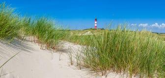 Paisaje hermoso de la duna con el faro tradicional en el SE del norte Foto de archivo