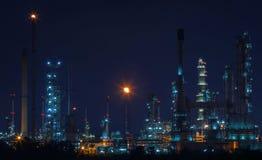 Paisaje hermoso de la escena de la noche de la fábrica de la refinería del petróleo y gas Fotos de archivo libres de regalías