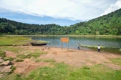 Paisaje hermoso de la Laguna Verde con un barco, en Apaneca, itinerario de Ruta de Las Flores, El Salvador, America Central Foto de archivo libre de regalías