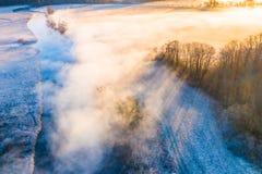 Paisaje hermoso de la ma?ana Sun que brilla sobre tierras de cultivo y el río local Silueta del hombre de negocios Cowering foto de archivo libre de regalías