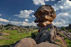 Paisaje hermoso de la montaña con la cabeza de piedra imagenes de archivo
