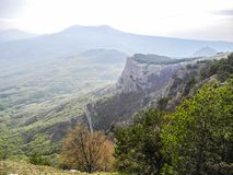 Paisaje hermoso de la montaña con el canto verde y la alta roca peligrosa en primavera Cordilleras en una neblina azul Montañas c imágenes de archivo libres de regalías