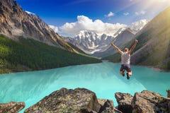 Paisaje hermoso de la montaña con el lago y el hombre de salto Imagenes de archivo
