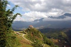 Paisaje hermoso de la montaña con la casa Imagen de archivo libre de regalías