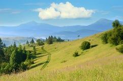 Paisaje hermoso de la montaña con las nubes en el cielo en el Carpa Imágenes de archivo libres de regalías