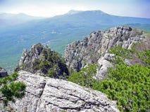 Paisaje hermoso de la montaña con las rocas venteadas Mesetas distantes de la montaña en una neblina azul Montañas crimeas foto de archivo