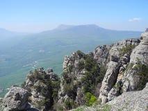 Paisaje hermoso de la montaña con los acantilados escarpados Mesetas distantes de la montaña en una neblina azul Montañas crimeas imagenes de archivo