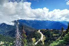 Paisaje hermoso de la montaña, con los picos de montaña cubiertos con el bosque y un cielo nublado imagen de archivo libre de regalías
