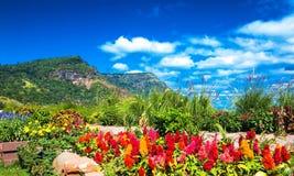 Paisaje hermoso de la montaña con la nube blanca Imagenes de archivo
