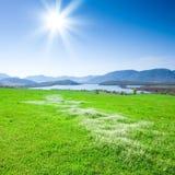 Paisaje hermoso de la montaña con un lago fotografía de archivo