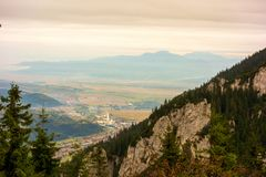 Paisaje hermoso de la montaña con una ciudad debajo imagen de archivo libre de regalías