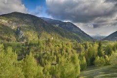 Paisaje hermoso de la montaña del campo Pueblo de Magura en estación de primavera Fotos de archivo