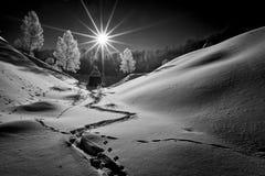 Paisaje hermoso de la montaña del invierno, Rumania foto de archivo