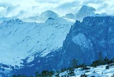 Paisaje hermoso de la montaña del invierno. Foto de archivo libre de regalías
