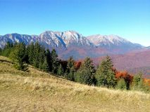 Paisaje hermoso de la montaña del otoño foto de archivo