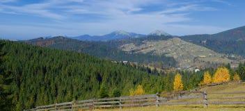 Paisaje hermoso de la montaña del otoño en Karpatian Imágenes de archivo libres de regalías