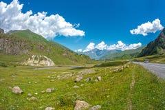 Paisaje hermoso de la montaña del verano con el camino Fotografía de archivo