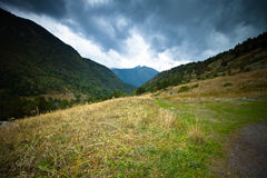 Paisaje hermoso de la montaña en Andorra Montaña y nubes entonado Imágenes de archivo libres de regalías