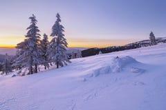 Paisaje hermoso de la montaña en el invierno llevado en el amanecer antes de salida del sol Fotos de archivo libres de regalías