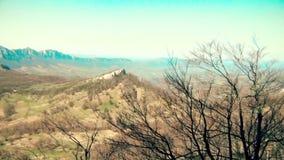 Paisaje hermoso de la montaña en el otoño, cámara del movimiento almacen de metraje de vídeo