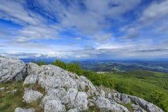 Paisaje hermoso de la montaña en las montañas imagenes de archivo