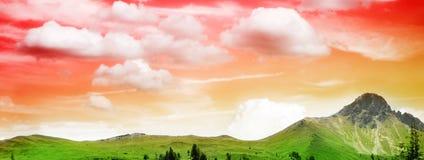 Paisaje hermoso de la montaña en puesta del sol Fotografía de archivo libre de regalías