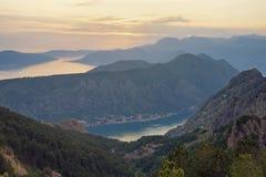 Paisaje hermoso de la montaña en la puesta del sol Montenegro, vista de la bahía de Kotor fotos de archivo libres de regalías