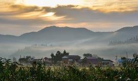 Paisaje hermoso de la montaña en salida del sol fotos de archivo