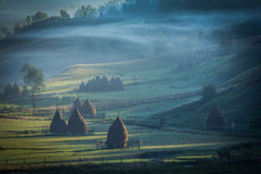 Paisaje hermoso de la montaña por la mañana de niebla del otoño Imagen de archivo libre de regalías