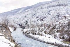 Paisaje hermoso de la montaña del invierno con el río de Bulgaria Fotos de archivo libres de regalías