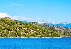 Paisaje hermoso de la naturaleza con el mar Mediterráneo y las montañas Imagenes de archivo