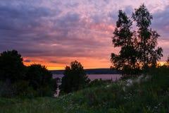 Paisaje hermoso de la naturaleza Puesta del sol en el río en la oscuridad Fotos de archivo libres de regalías
