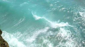Paisaje hermoso de la naturaleza salvaje de Bali, mar azul, roca del acantilado 4K metrajes