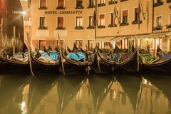 Paisaje hermoso de la noche del canal y de las calles sin fin de Venecia imágenes de archivo libres de regalías
