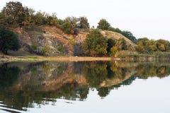 Paisaje hermoso de la orilla del río del agua y de la parte tranquilas del bosque Imágenes de archivo libres de regalías