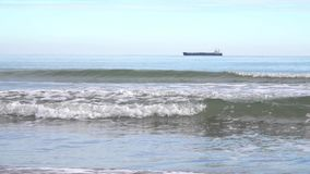 Paisaje hermoso de la orilla de mar durante la bajamar en la estación del otoño metrajes