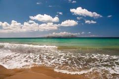 Paisaje hermoso de la playa con una isla en la distancia Fotos de archivo libres de regalías