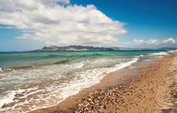 Paisaje hermoso de la playa con una isla en la distancia Fotografía de archivo