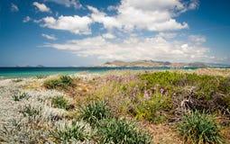Paisaje hermoso de la playa con una isla en la distancia Imagenes de archivo