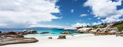 Paisaje hermoso de la playa de los cantos rodados fotografía de archivo