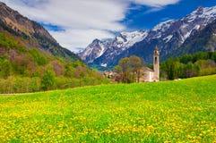 Paisaje hermoso de la primavera con la iglesia en el pueblo de Borgonovo Imagen de archivo libre de regalías