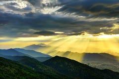 Paisaje hermoso de la puesta del sol de la montaña Foto de archivo