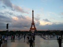 Paisaje hermoso de la puesta del sol de la torre Eiffel París Imagen de archivo