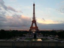 Paisaje hermoso de la puesta del sol de la torre Eiffel París Foto de archivo