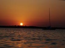 Paisaje hermoso de la puesta del sol en el lago foto de archivo