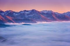 Paisaje hermoso de la puesta del sol del invierno de la montaña con la visión panorámica, montañas, parque nacional de Hohe Tauer foto de archivo