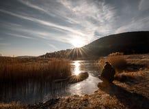 Paisaje hermoso de la salida del sol sobre el lago congelado fotos de archivo