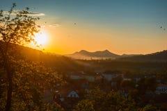 Paisaje hermoso de la salida del sol sobre pequeña ciudad en montañas del bosque Rumania, Sighisoara - 2016 Imágenes de archivo libres de regalías